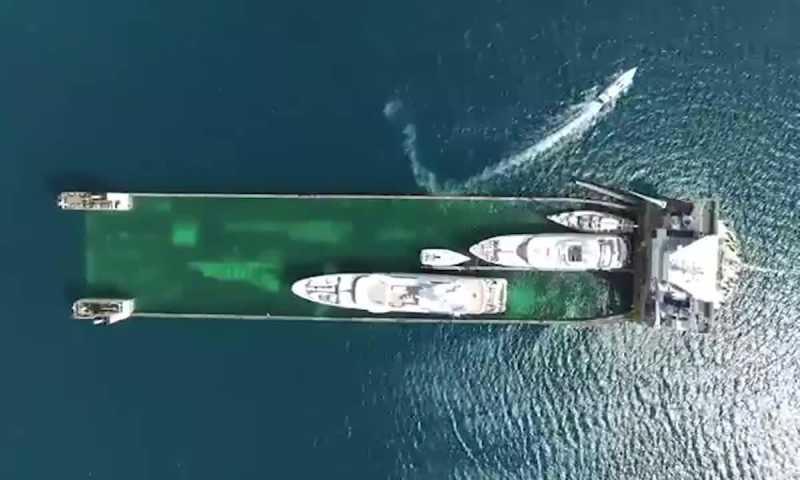 VidÉo. ce bateau embarque les yachts comme le garagiste remorque